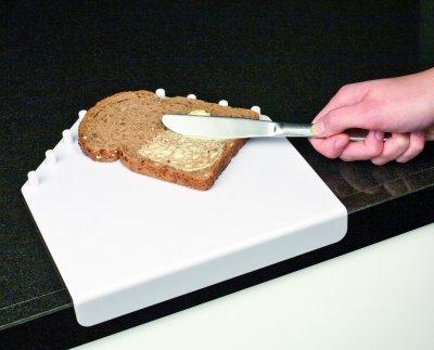 Spækbræt, som bruger bordpladen til at ligge stabilt fast, udviklet til personer, som kun kan bruge en hånd