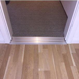 Her ses et eksempel på en monteret dørskinne