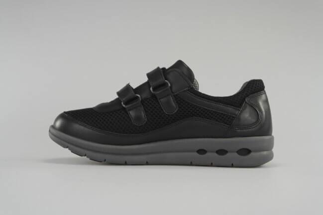 2eb25e712280 Sporty damesko fra New Feet med velcrolukning i sort