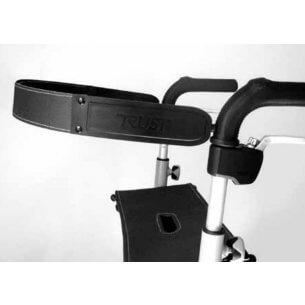 Praktisk rygbøjle, som nemt klikkes på rollatoren