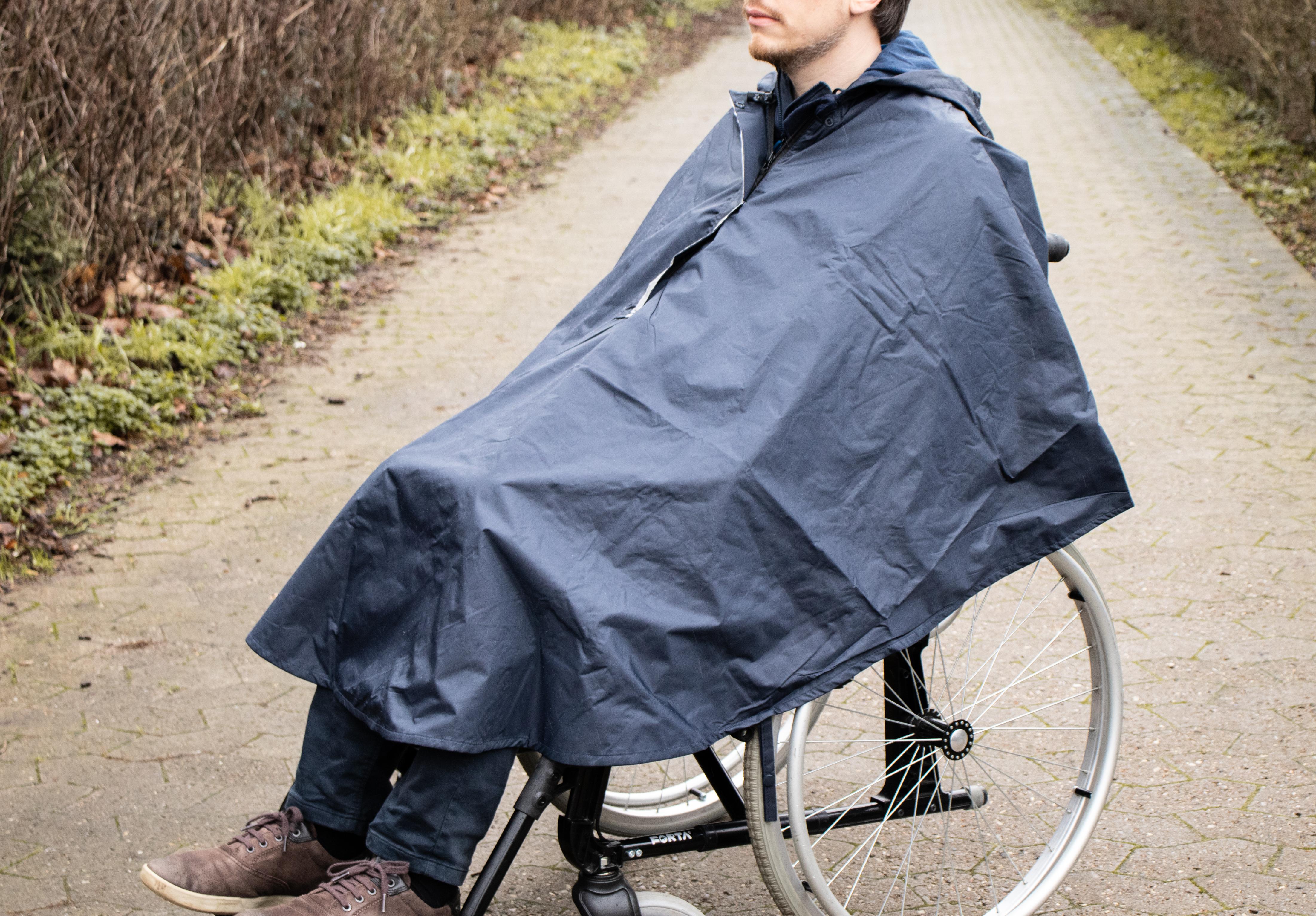 Regnponcho til kørestolsbrugere fra